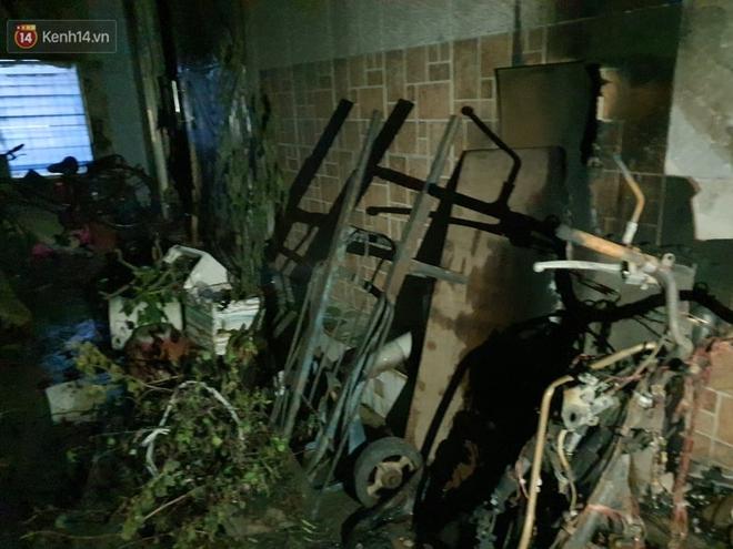 Ám ảnh trong căn nhà cháy khiến 7 người tử vong, trong đó có cô giáo và các em nhỏ: Đồ đạc ám khói đen, xe máy trơ khung - ảnh 3