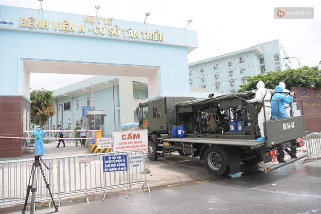 Ảnh: Hơn 1km tuyến đường ven bệnh viện với hơn 6,6 hecta viện K Tân Triều được phun khử khuẩn, tiêu độc - Ảnh 4.