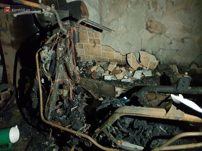 Ám ảnh trong căn nhà cháy khiến 7 người tử vong, trong đó có cô giáo và các em nhỏ: Đồ đạc ám khói đen, xe máy trơ khung - ảnh 5
