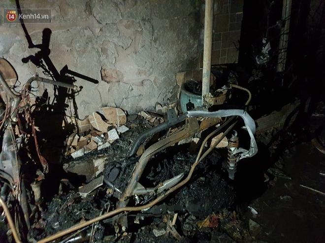 Ám ảnh trong căn nhà cháy khiến 7 người tử vong, trong đó có cô giáo và các em nhỏ: Đồ đạc ám khói đen, xe máy trơ khung - ảnh 7