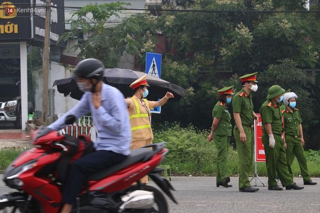 Vĩnh Phúc: Lập chốt kiểm soát gắt gao, nhiều người và phương tiện không được vào thành phố sau quyết định giãn cách - ảnh 7