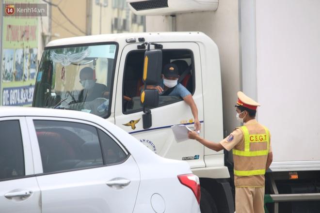 Vĩnh Phúc: Lập chốt kiểm soát gắt gao, nhiều người và phương tiện không được vào thành phố sau quyết định giãn cách - ảnh 9