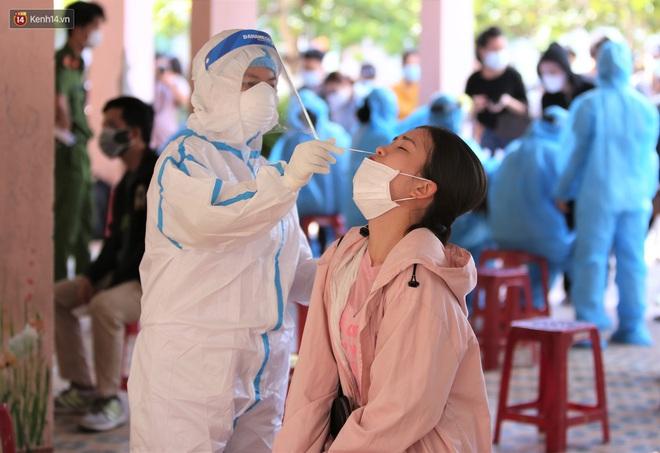 Ảnh: Hàng trăm nhân viên massage, bar, pub, karaoke... ở Đà Nẵng xét nghiệm Covid-19 - Ảnh 12.