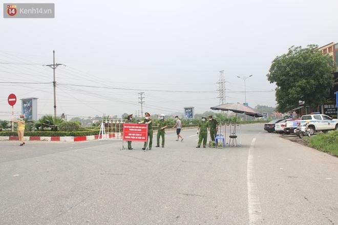Vĩnh Phúc: Lập chốt kiểm soát gắt gao, nhiều người và phương tiện không được vào thành phố sau quyết định giãn cách - ảnh 13