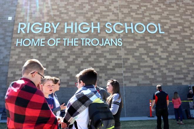 Nữ sinh lớp 6 mang súng bắn bạn học và bảo vệ khiến toàn trường náo loạn, học sinh la hét bỏ chạy, cảnh sát vào cuộc điều tra - ảnh 7