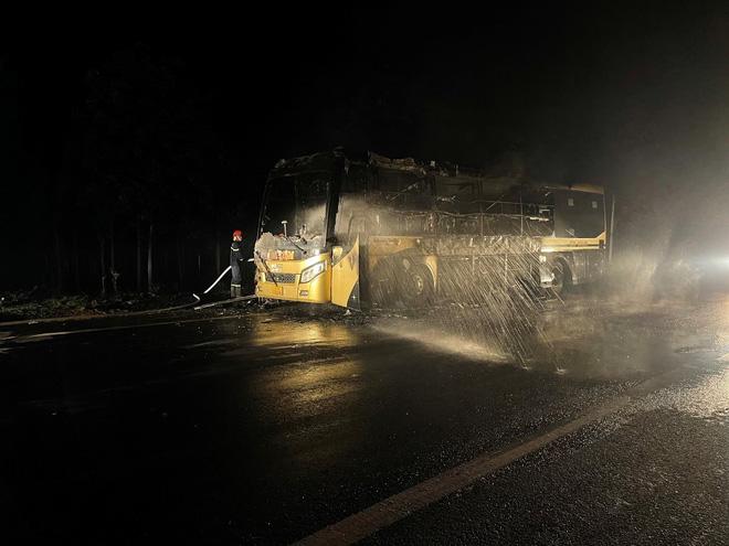 Đắk Nông: Xe khách bốc cháy dữ dội trong đêm - ảnh 3