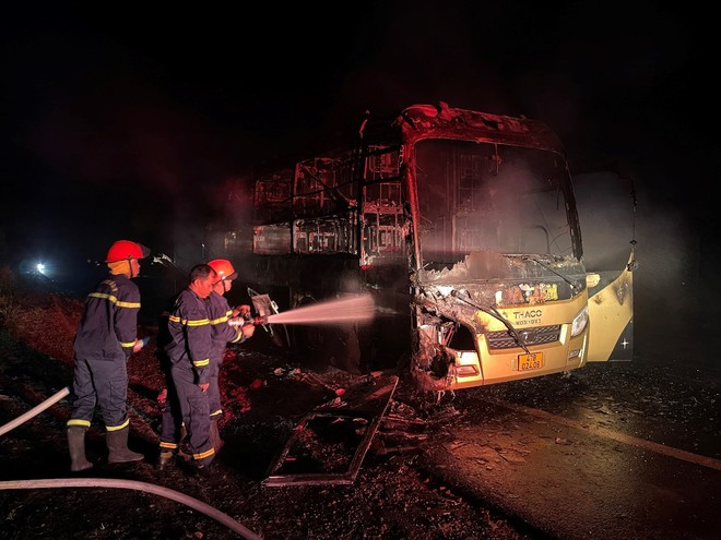 Đắk Nông: Xe khách bốc cháy dữ dội trong đêm - ảnh 4