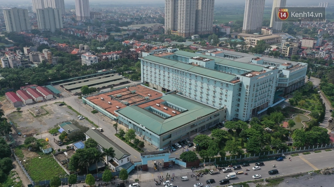 Ảnh: Lực lượng quân đội đã có mặt chuẩn bị phun tiêu độc khử khuẩn sau khi ghi nhận 10 ca dương tính SARS-CoV-2 tại Bệnh viện K Tân Triều - Ảnh 2.