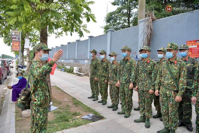 Ảnh: Lực lượng quân đội đã có mặt chuẩn bị phun tiêu độc khử khuẩn sau khi ghi nhận 10 ca dương tính SARS-CoV-2 tại Bệnh viện K Tân Triều - Ảnh 3.