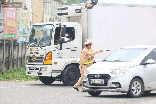 Vĩnh Phúc: Lập chốt kiểm soát gắt gao, nhiều người và phương tiện không được vào thành phố sau quyết định giãn cách - ảnh 17