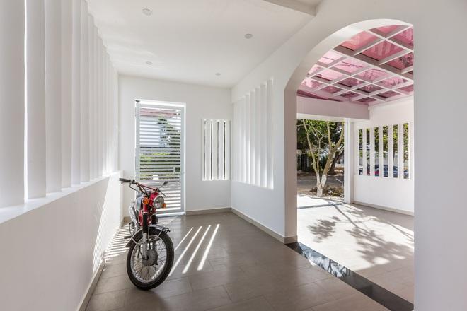 Vợ chồng 9X xây ngôi nhà lấy cảm hứng từ nhà rông và kiến trúc Pháp, riêng vật liệu phải lặn lội xuống Đồng Nai mua về - Ảnh 4.