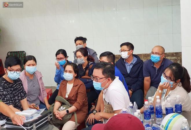 Người thân ngã quỵ, chờ đợi đón nhận 8 thi thể trong vụ cháy ở Sài Gòn: Thằng Đ. nó hẹn lên chơi ít bữa rồi về, vậy mà có về được nữa đâu - ảnh 14
