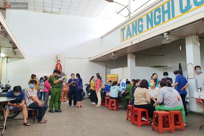 Người thân ngã quỵ, chờ đợi đón nhận 8 thi thể trong vụ cháy ở Sài Gòn: Thằng Đ. nó hẹn lên chơi ít bữa rồi về, vậy mà có về được nữa đâu - ảnh 1