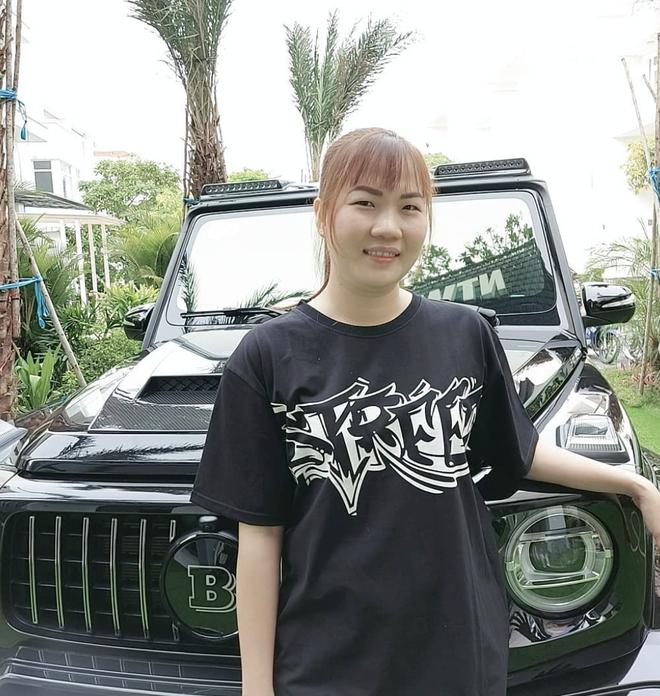 Làm trợ lý của Ngọc Trinh nên Thuý Kiều cũng được hưởng ké, tạo dáng bên siêu xe xịn xò như ảnh đôi với Sơn Tùng - ảnh 1