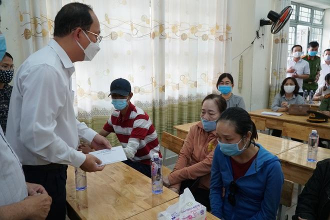 Lãnh đạo TP.HCM động viên, trao tiền hỗ trợ cho người thân của 8 nạn nhân tử vong trong vụ cháy thương tâm - ảnh 1