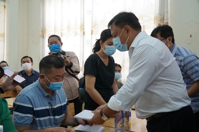 Lãnh đạo TP.HCM động viên, trao tiền hỗ trợ cho người thân của 8 nạn nhân tử vong trong vụ cháy thương tâm - ảnh 4