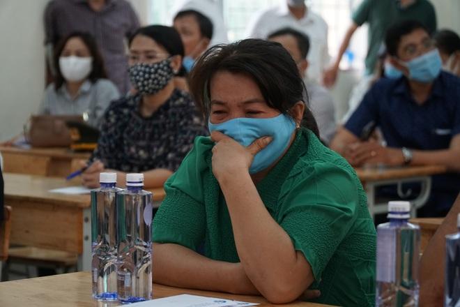 Lãnh đạo TP.HCM động viên, trao tiền hỗ trợ cho người thân của 8 nạn nhân tử vong trong vụ cháy thương tâm - ảnh 3