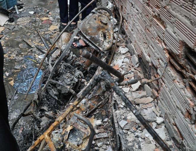Lãnh đạo TP.HCM động viên, trao tiền hỗ trợ cho người thân của 8 nạn nhân tử vong trong vụ cháy thương tâm - ảnh 5