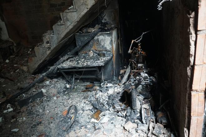 Lãnh đạo TP.HCM động viên, trao tiền hỗ trợ cho người thân của 8 nạn nhân tử vong trong vụ cháy thương tâm - ảnh 7