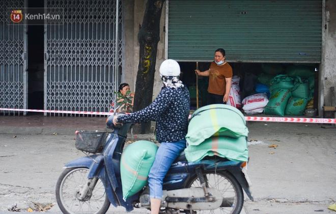 Hà Nội: Cận cảnh khu vực phong toả 6.000 dân ở Thường Tín, nhiều người đi làm ngỡ ngàng phải quay xe - ảnh 15