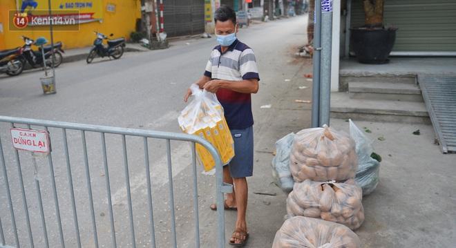 Ảnh: Người dân Thường Tín mặc áo mưa, áo bảo hộ vào khu cách ly - ảnh 13
