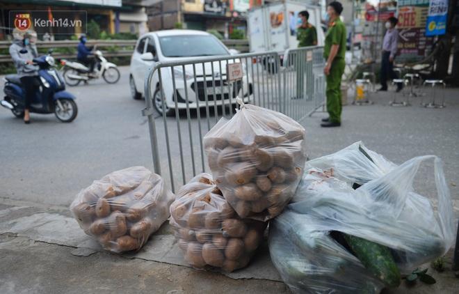 Ảnh: Người dân Thường Tín mặc áo mưa, áo bảo hộ vào khu cách ly - ảnh 14