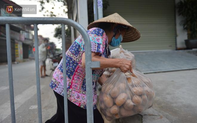 Ảnh: Người dân Thường Tín mặc áo mưa, áo bảo hộ vào khu cách ly - ảnh 15