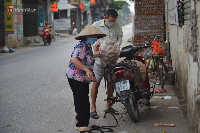 Ảnh: Người dân Thường Tín mặc áo mưa, áo bảo hộ vào khu cách ly - ảnh 16