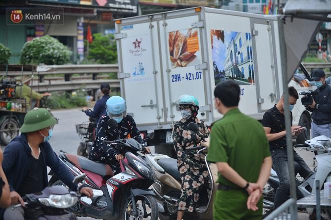 Hà Nội: Cận cảnh khu vực phong toả 6.000 dân ở Thường Tín, nhiều người đi làm ngỡ ngàng phải quay xe - ảnh 25