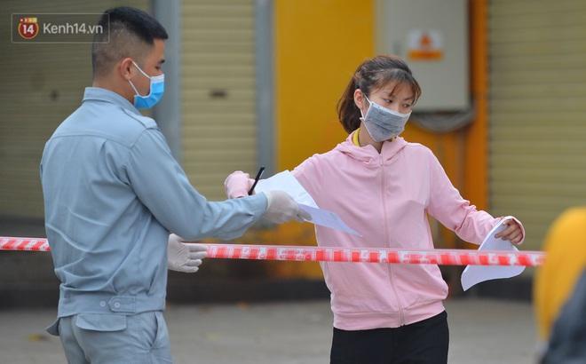 Ảnh: Người dân Thường Tín mặc áo mưa, áo bảo hộ vào khu cách ly - ảnh 21