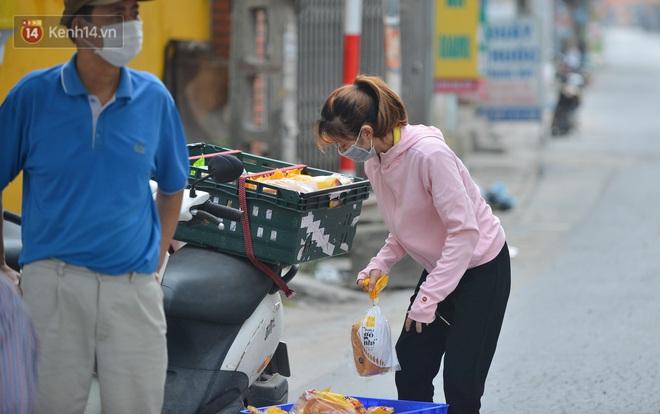 Ảnh: Người dân Thường Tín mặc áo mưa, áo bảo hộ vào khu cách ly - ảnh 20