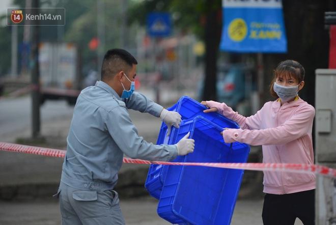 Ảnh: Người dân Thường Tín mặc áo mưa, áo bảo hộ vào khu cách ly - ảnh 22