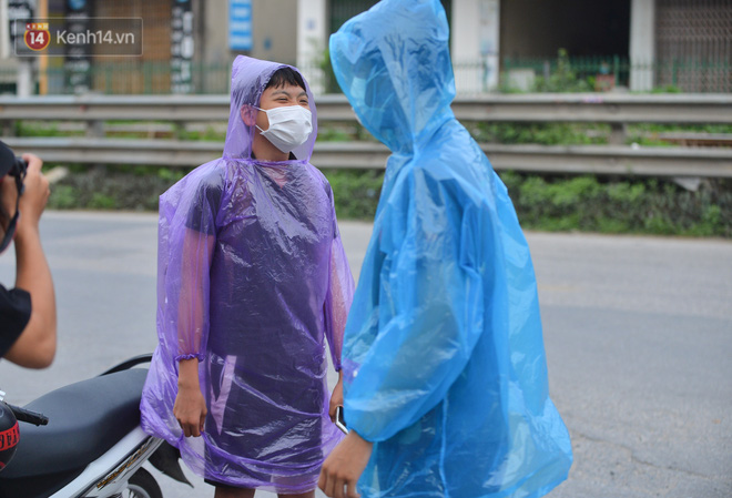 Ảnh: Người dân Thường Tín mặc áo mưa, áo bảo hộ vào khu cách ly - ảnh 8
