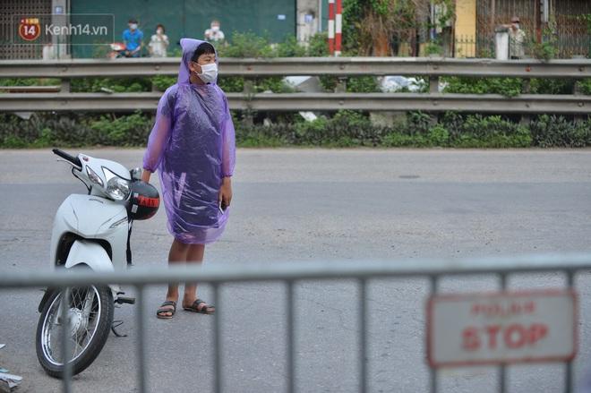 Ảnh: Người dân Thường Tín mặc áo mưa, áo bảo hộ vào khu cách ly - ảnh 9