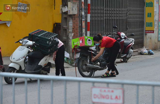 Ảnh: Người dân Thường Tín mặc áo mưa, áo bảo hộ vào khu cách ly - ảnh 19