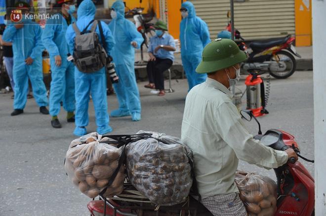 Ảnh: Người dân Thường Tín mặc áo mưa, áo bảo hộ vào khu cách ly - ảnh 17