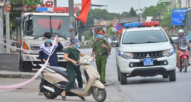 Ảnh: Người dân Thường Tín mặc áo mưa, áo bảo hộ vào khu cách ly - ảnh 4