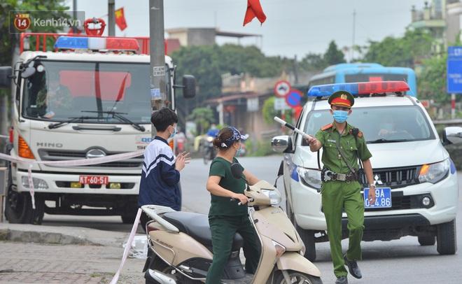 Ảnh: Người dân Thường Tín mặc áo mưa, áo bảo hộ vào khu cách ly - ảnh 5