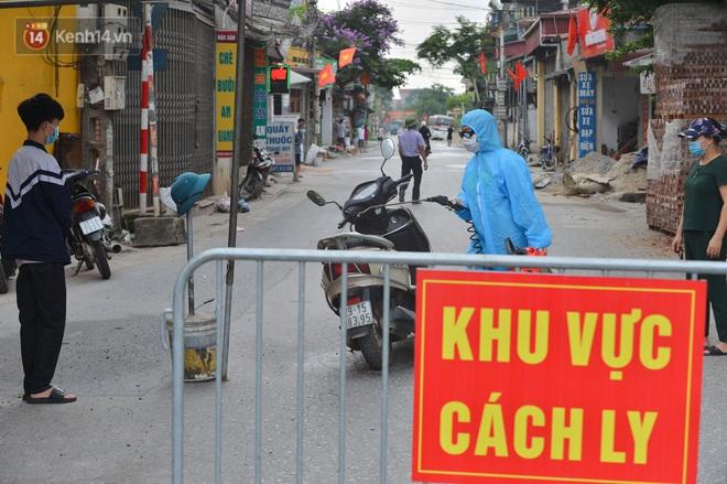 Ảnh: Người dân Thường Tín mặc áo mưa, áo bảo hộ vào khu cách ly - ảnh 6