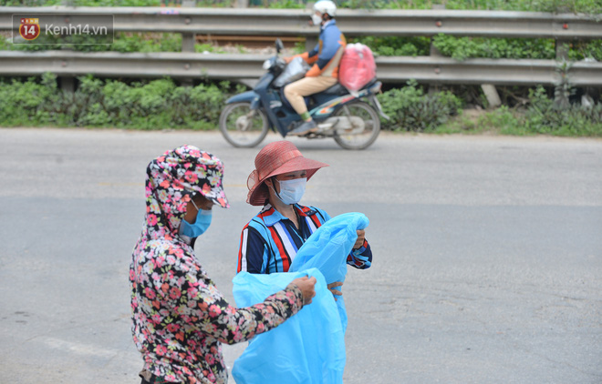 Ảnh: Người dân Thường Tín mặc áo mưa, áo bảo hộ vào khu cách ly - ảnh 11