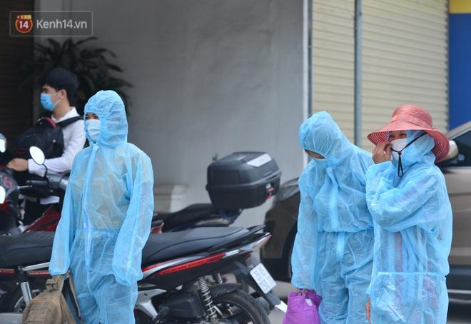 Ảnh: Người dân Thường Tín mặc áo mưa, áo bảo hộ vào khu cách ly - ảnh 12