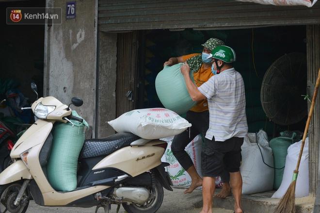 Hà Nội: Cận cảnh khu vực phong toả 6.000 dân ở Thường Tín, nhiều người đi làm ngỡ ngàng phải quay xe - ảnh 17