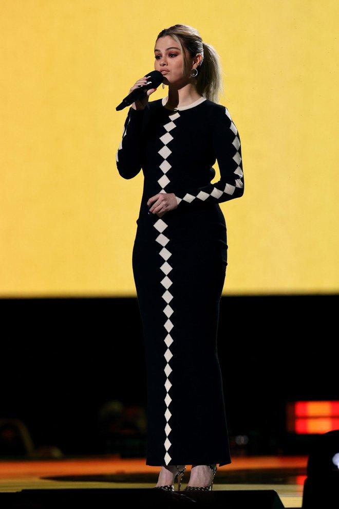 Selena Gomez dừ chát dù là host chủ trì, bị Jennifer Lopez bốc lửa hơn 23 tuổi và dàn sao chặt đẹp ở sự kiện khủng - ảnh 3