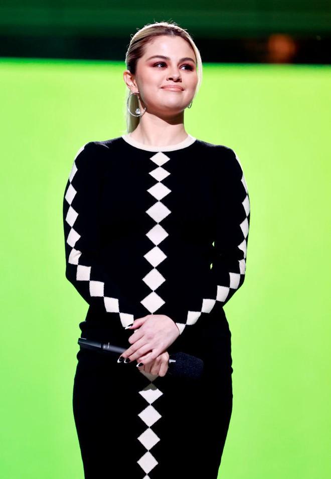 Selena Gomez dừ chát dù là host chủ trì, bị Jennifer Lopez bốc lửa hơn 23 tuổi và dàn sao chặt đẹp ở sự kiện khủng - ảnh 4
