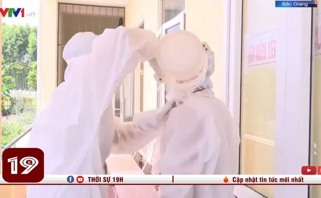 Xót xa hình ảnh nhân viên y tế dội nước đá lên người để làm mát khi phải mặc đồ bảo hộ kín mít dưới nắng nóng 40 độ C - Ảnh 2.