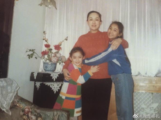 Sao Cbiz rộn ràng ngày 1/6: Hoa hậu Thế giới hạ sinh lần 2, Lý Dịch Phong cầu hôn bạn gái, dàn mỹ nhân đọ visual ngày bé cực gắt - Ảnh 15.