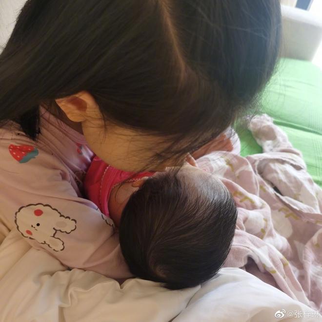 Sao Cbiz rộn ràng ngày 1/6: Hoa hậu Thế giới hạ sinh lần 2, Lý Dịch Phong cầu hôn bạn gái, dàn mỹ nhân đọ visual ngày bé cực gắt - Ảnh 9.