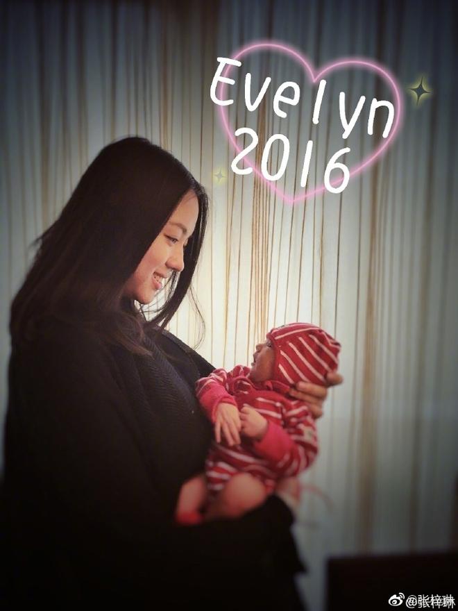 Sao Cbiz rộn ràng ngày 1/6: Hoa hậu Thế giới hạ sinh lần 2, Lý Dịch Phong cầu hôn bạn gái, dàn mỹ nhân đọ visual ngày bé cực gắt - Ảnh 10.