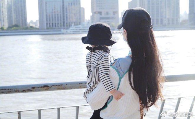 Sao Cbiz rộn ràng ngày 1/6: Hoa hậu Thế giới hạ sinh lần 2, Lý Dịch Phong cầu hôn bạn gái, dàn mỹ nhân đọ visual ngày bé cực gắt - Ảnh 2.