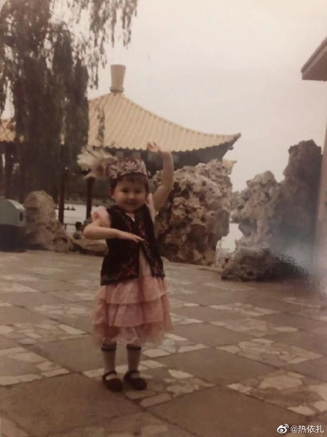Sao Cbiz rộn ràng ngày 1/6: Hoa hậu Thế giới hạ sinh lần 2, Lý Dịch Phong cầu hôn bạn gái, dàn mỹ nhân đọ visual ngày bé cực gắt - Ảnh 17.